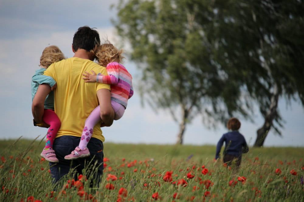 Vader met drie kinderen