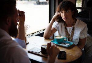 echtgenoten-praten-in-cafe