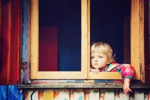 Jongetje kijkt uit raam