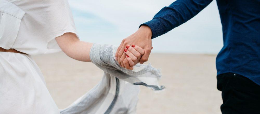 stel houdt handen vast