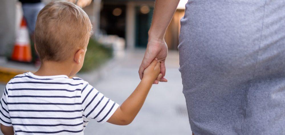 moeder hand in hand met zoontje
