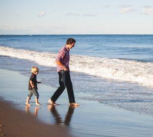 vader op strand met zoontje