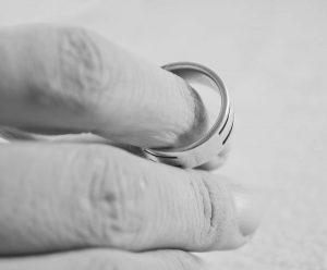hand met trouwring